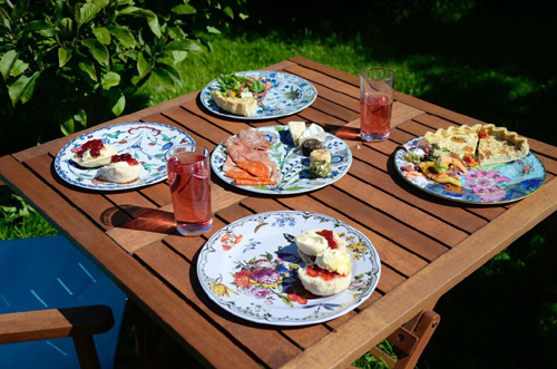 Enjoy a posh picnic with our wide range of decorative tin plates and bowls